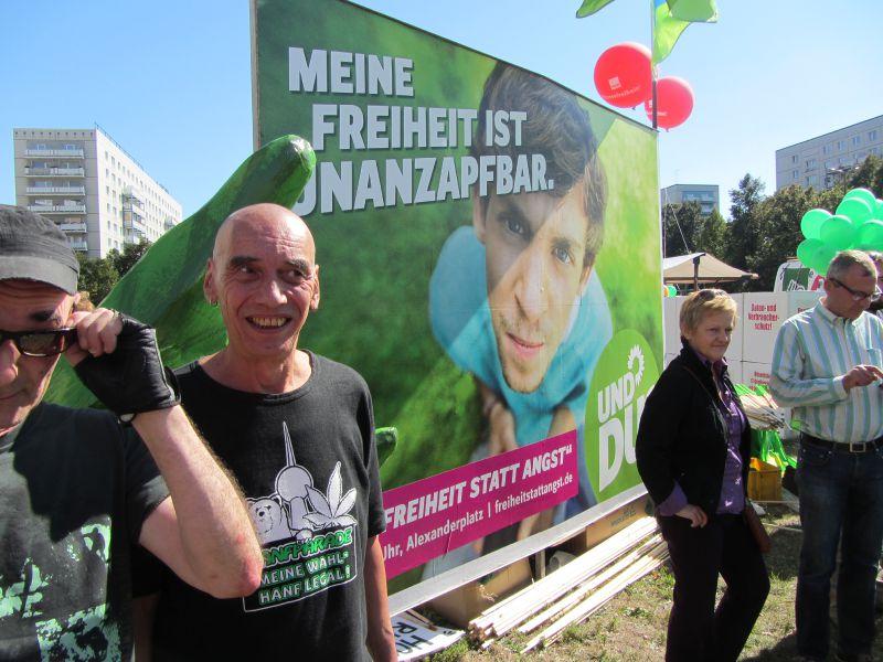 Renate Künast am Stand der Grünen bei der Demo Freiheit statt Angst am 7.09.2013