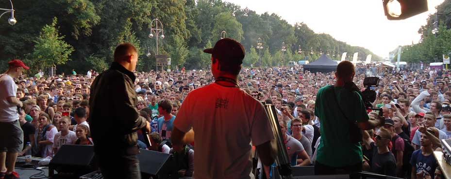 Blick auf die Teilnehmer der Hanfparade 2014 von der Bühne aus gesehen auf der Straße des 17. Juni vor dem Brandenburger Tor