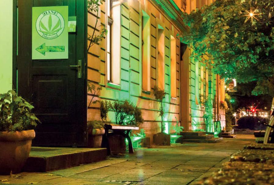 """Hanf Museum im Nikolaiviertel in der Mitte von Berlin mit nächtlicher Festbeleuchtung. Foto aus der Chronik """"20 Jahre Hanf Museum""""."""