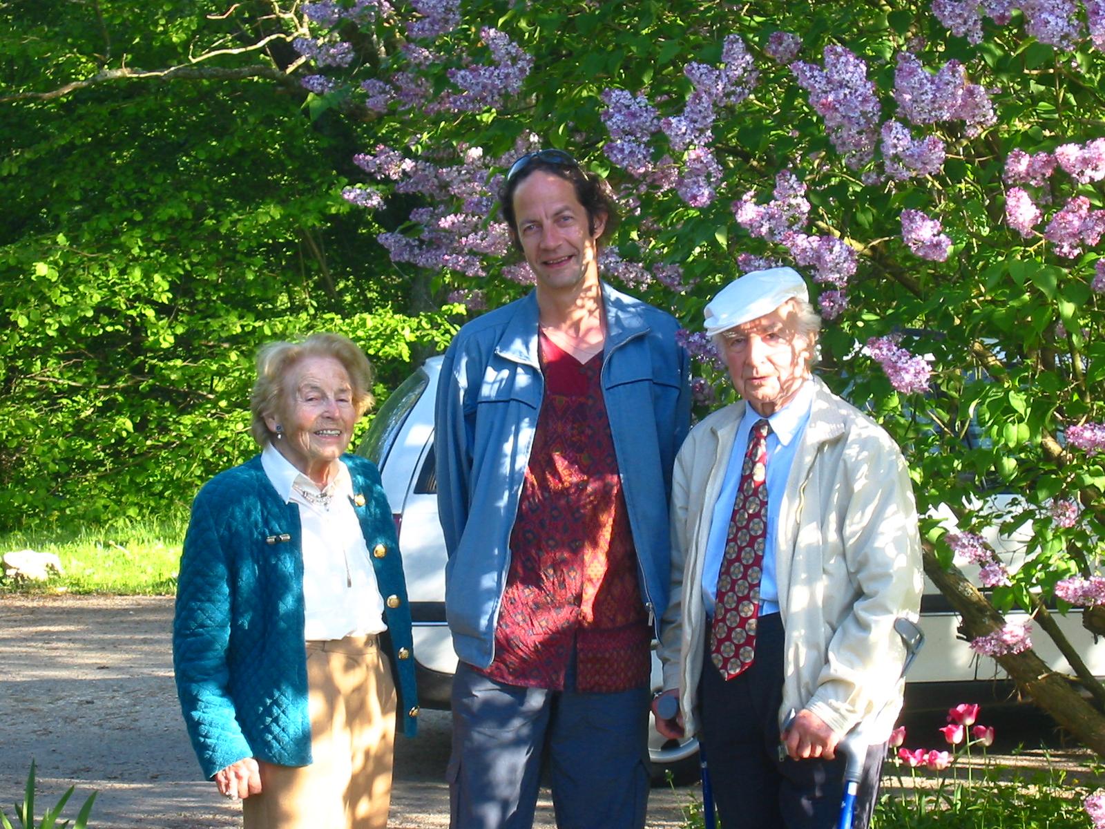 Abbildung 1 zeigt Anita und Albert Hofmann im Mai 2003 mit Verleger Roger Liggenstorfer (Nachtschatten Verlag).