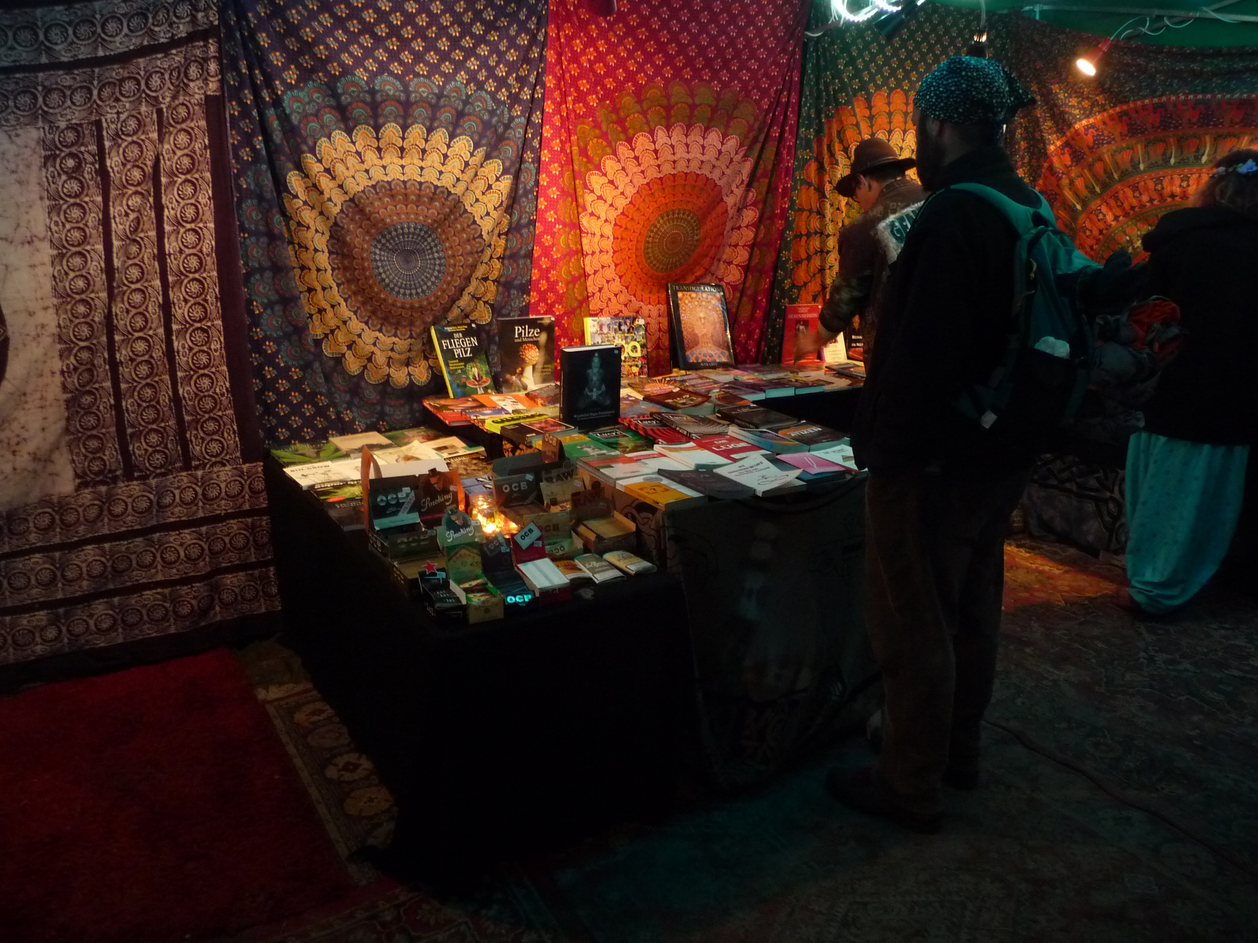 Abbildung 2 zeigt einen Teil des im gleichen Zelt untergebrachten Bücherstandes (Magus Aquarius Antiquariat) auf dem Goa Gil Ritual 2016. Foto: Doro Tops (CC BY-SA 3.0 DE)