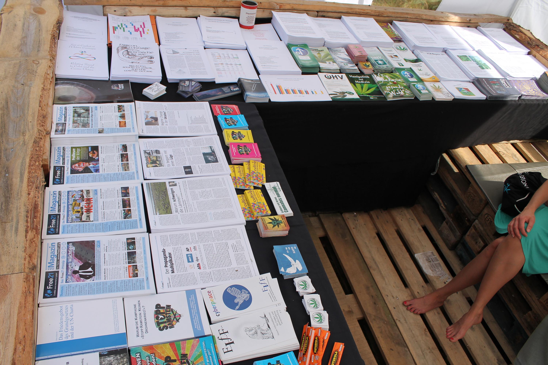 Abbildung 4 zeigt einen Ausschnitt des Drogeninfostandes auf dem New Healing Festival 2017. Foto: Tomek (CC BY-SA 3.0 DE)