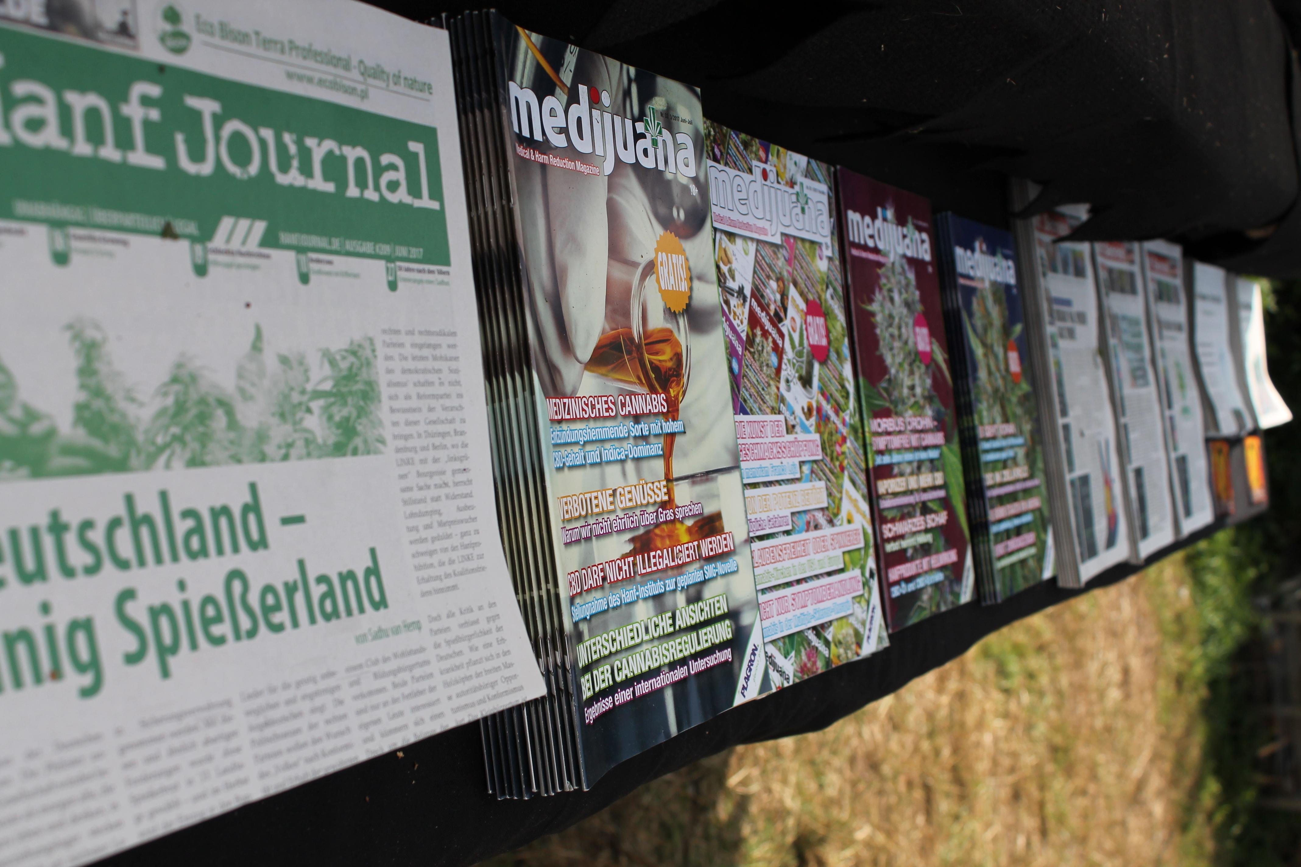 Abbildung 5 zeigt die Zeitschriftenauslage auf der Außenseite des Drogeninfostandes auf dem New Healing Festival 2017. Ausgelegt zur Mitnahme waren Ausgaben des Hanf Journals, der Medijuana sowie der Soft Secrets. Foto: Tomek (CC BY-SA 3.0 DE)