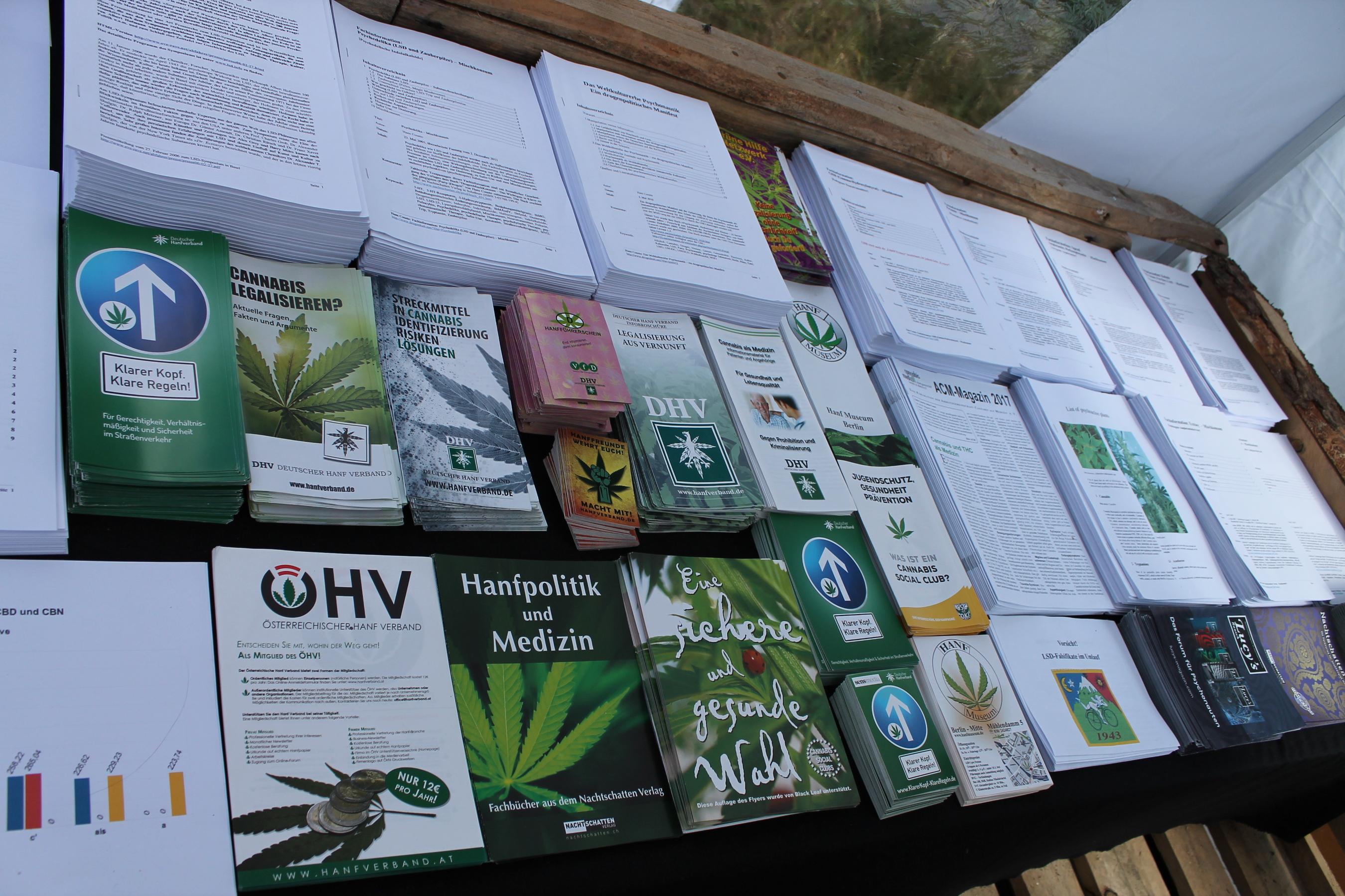 Abbildung 6 zeigt den Ausschnitt des Drogeninfostandes auf dem New Healing Festival 2017 mit den Infos des Deutschen Hanfverbandes, die sehr stark nachgefragt wurden. Foto: Tomek (CC BY-SA 3.0 DE)