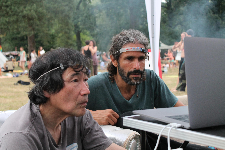 """Abbildung 9 zeigt zwei Personen mit """"Stromabnehmer"""" auf dem Drogeninfostand auf dem New Healing Festival 2017. Foto: Tomek (CC BY-SA 3.0 DE)"""