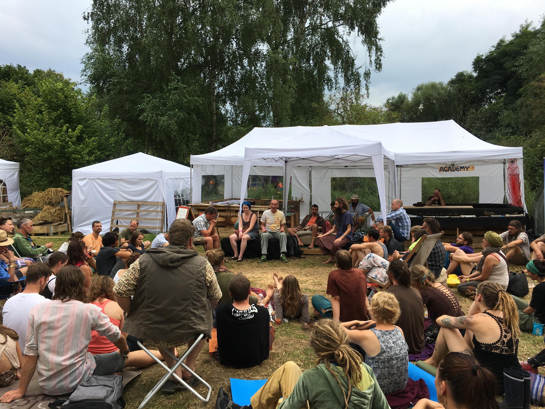 Abbildung 10 zeigt eine typische Workshopsituation beim Drogeninfostand auf dem New Healing Festival 2017. Foto: Tim Mecking (CC BY-SA 3.0 DE)