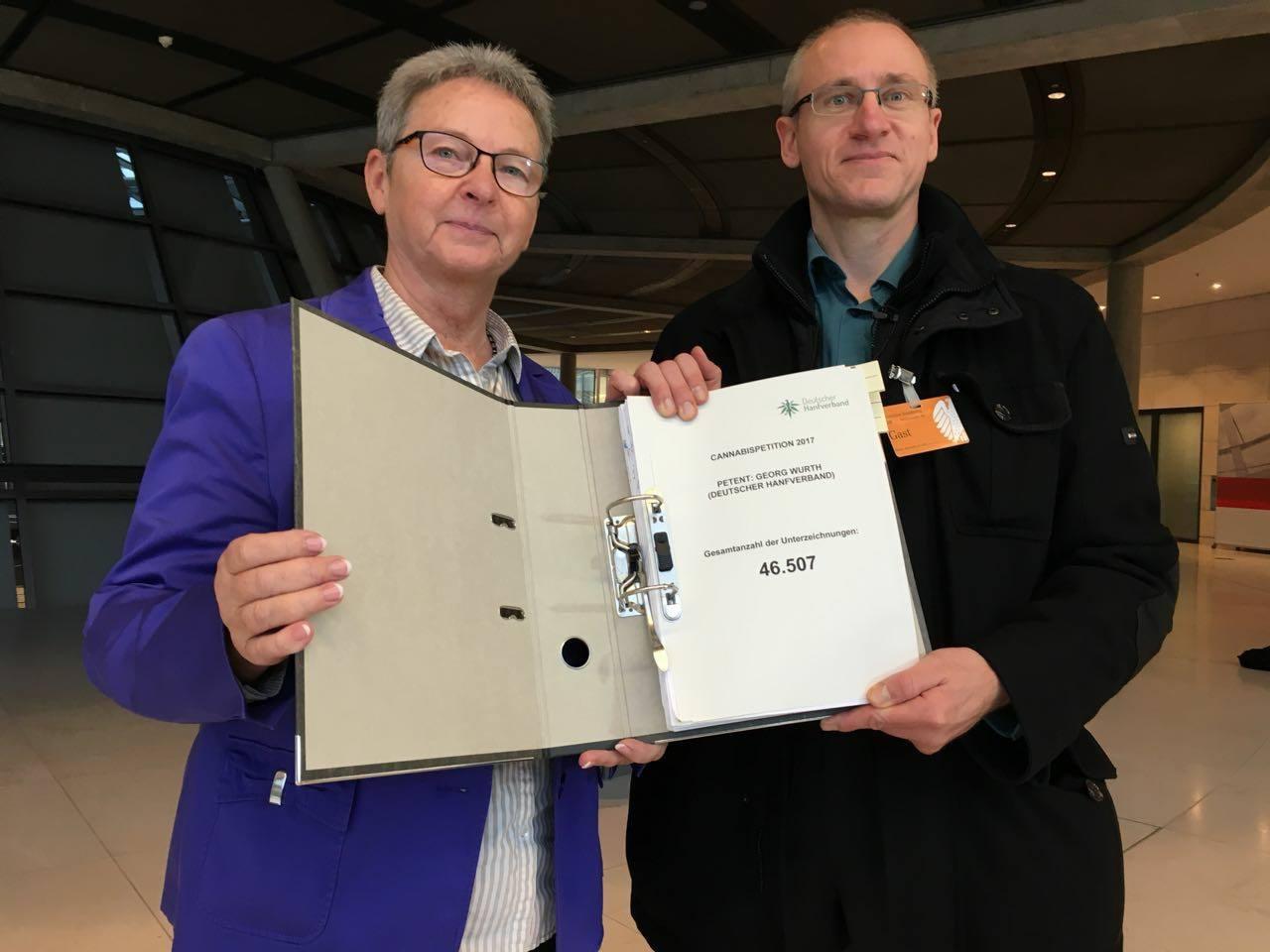 Die Abbildung zeigt Kersten Steinke, Mitglied des Petitionsausschusses des Deutschen Bundestages, und Georg Wurth, Geschäftsführer des Deutschen Hanfverbandes, bei der Übergabe der Unterschriften im Deutschen Bundestag am 21. November 2017. Bild: DHV.