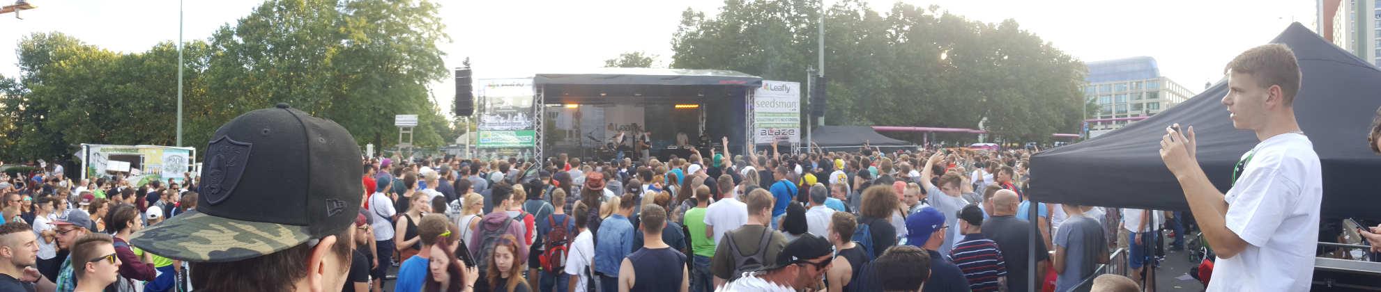 Bühne der Hanfparade mit Publikum im Jahre 2017