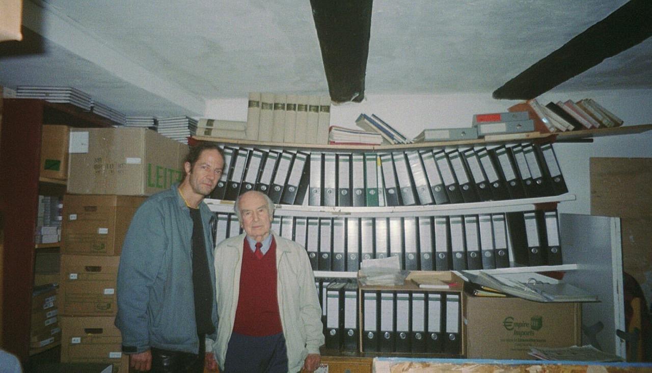 Die Abbildung zeigt Roger Liggenstorfer (links) und Albert Hofmann vor den Ordnern des Archivs am Klosterplatz in Solothurn. Foto: Privatarchiv Roger Liggenstorfer