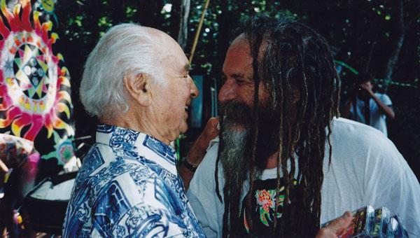 Albert Hofmann und der Musiker und DJ GOA Gil auf der Party 60 Jahre LSD-Erfahrung im Jahr 2003 in der Nähe von Basel. Foto: Privatarchiv Roger Liggenstorfer