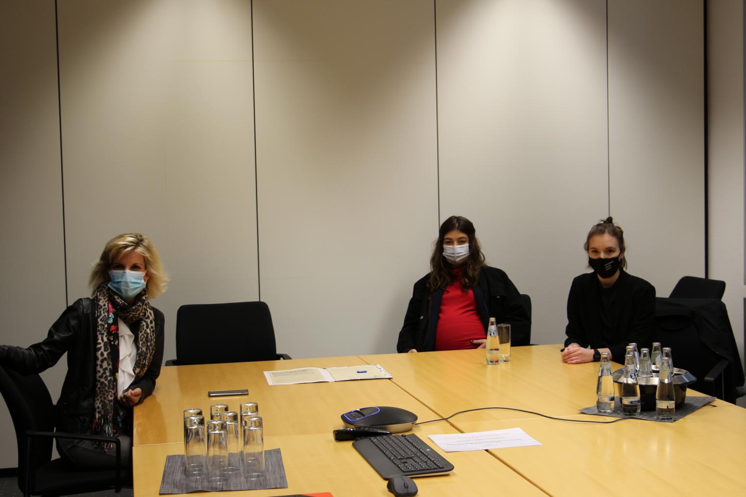 Von links nach rechts: Daniela Ludwig sowie Zhana Jung und Philine Edbauer von der Initiative #mybrainmychoice | Foto: #mybrainmychoice