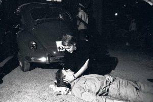 Studentin, die den sterbenden Benno Ohnesorg im Arm hält, nachdem er von dem Polizisten Karl-Heinz Kurras erschossen wurde. Foto: Stasi-Archiv