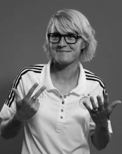 Saskia Bartusiak beantwortet die brisante Frage, wie viele Fußballschuhe sie besitzt. Foto: Frank Bauer/SZ-Magazin