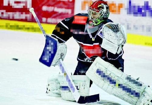 Beim Eishockey sind die Spieler voller Werbung. Wir pixeln sie weg. Foto: imago.