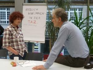 taz-Genossen Gisela Budee und Walter Sittler im Gespräch vor dem Fototermin