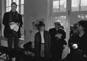 Mariam Lau (rechts) im April 1993 mit Michael Sontheimer (auf dem Stuhl, heute beim Spiegel), Elke Schmitter (mit Karohose, auch beim Spiegel) und Christian Semler (mit Tabak, immer noch bei der taz). Foto: Christian Schulz