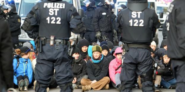 tzinfo_PolizeiSitzblockade_SebastianWillnow-dpa