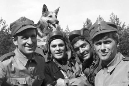 vier-panzersoldaten-und-ein-hund