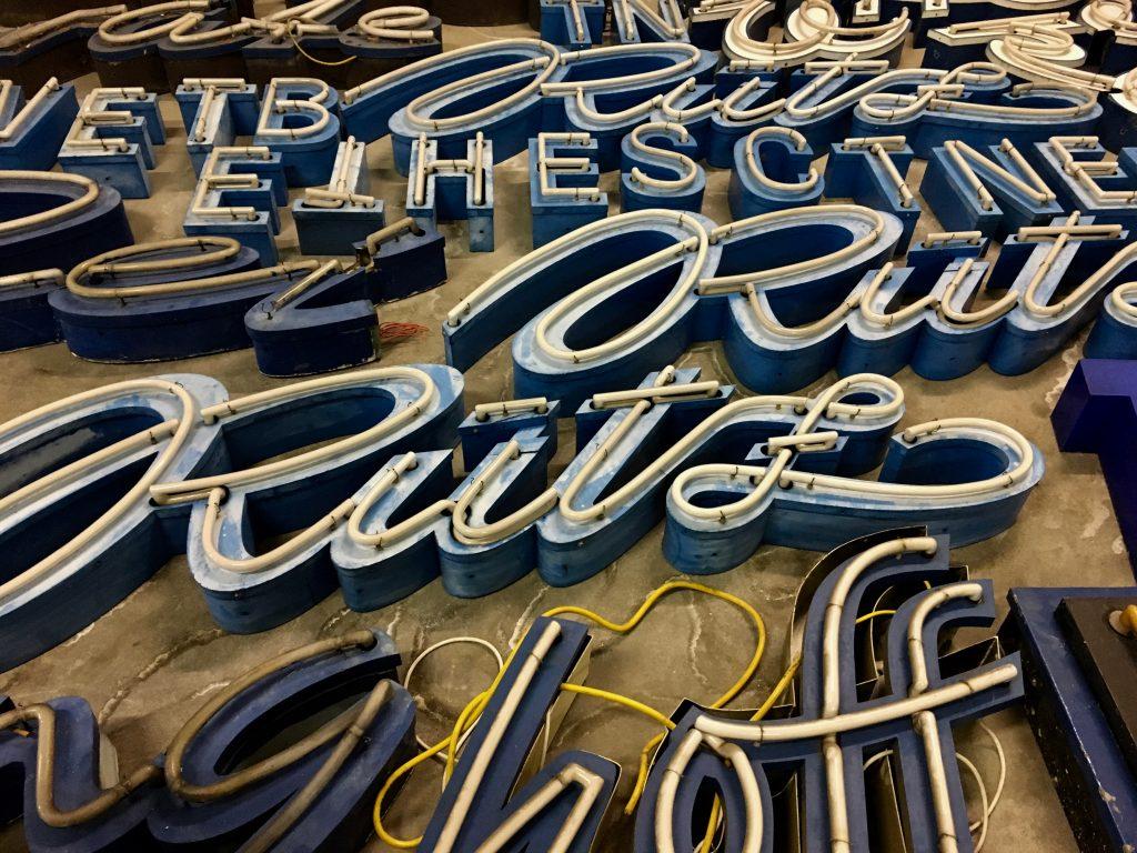 Blaue Buchstaben