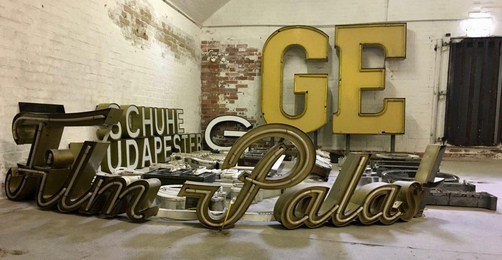 Film-Palast und andere Buchstaben in Weiß und Gelb