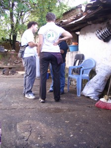 Zwei Freiwillige von den Internationalen Friedensbrigaden bei einem Einsatz in Mexiko