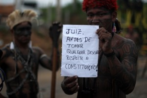"""""""Richter, vor jedweder Entscheidung respektiert zuerst die Verfassung"""". Protest auf dem besetzten Baugelände von Belo Monte. Photo: Ruy Sposati"""