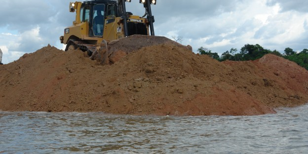 Die Bagger walzen am Xingu-Fluss. Photo: Verena Glass (Xingu Vivo para Sempre)