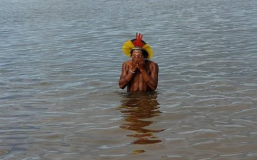 Kayapó im Fluss Xingu (Aufnahme von Mai 2008). Photo: Verena Glass
