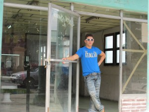 Junger Kubaner vor einem leeren Lokal, dass er eventuell anmieten will.....