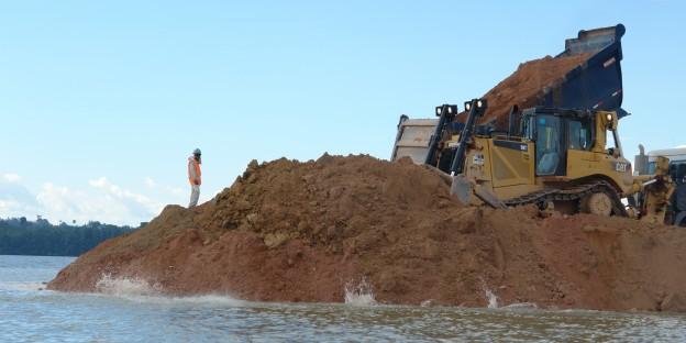 Schweres Gerät. Aufschüttung des Kofferdamms für den Staudamm Belo Monte im Bundesstaat Pará. Photo: Verena Glass