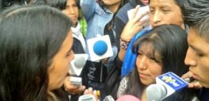 Lourdes vocera de CONNATSOP hablando con Gabriela Montaño  Foto ERBOL