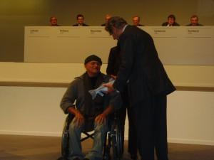 Der Fischer Luis Carlos verweigert Ekkehard Schulz den Handschlag. Photo: Dachverband der kritischen Aktionärinnen und Aktionäre