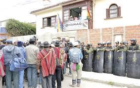 Polizei verwehrt den gewaehlten Vertretern von CONAMAQ den Zutritt zu deren Bueros in La Paz  Quelle: Cambio