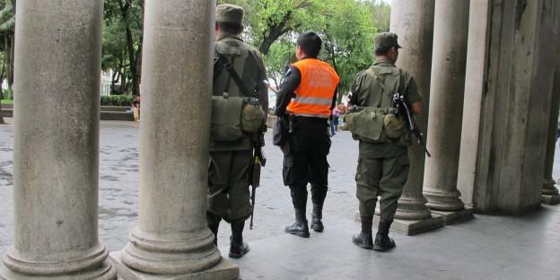 Militärs gehören zum Straßenbild von Guatemala und sollen Sicherheit bringen.
