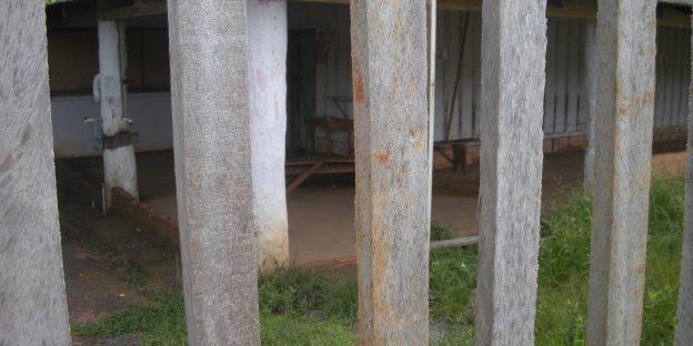 """Die """"dreckige Liste"""" der Sklavenarbeit in Brasilien führen Fazendas an, gefolgt von Holzkohle-, Fleisch- und Bauindustrie. Photo: Wegen Sklavenarbeit geschlossenes Haus. Im Bundesstaat Pará, Christian Russau, 2016"""