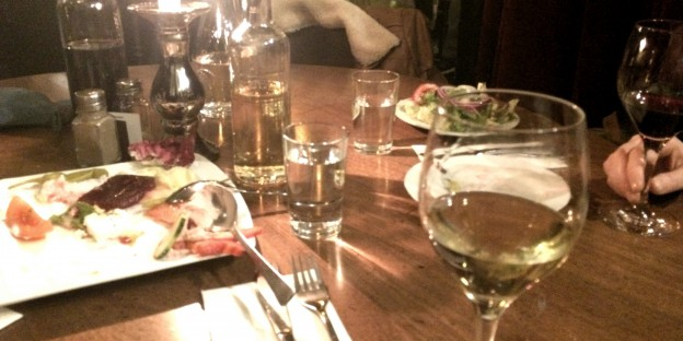Weingläser und Essensreste