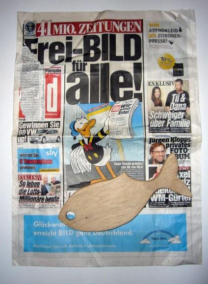 Bild-Zeitung mit Fisch, tazblog Schröder & Kalender, Foto: Barbara Kalender