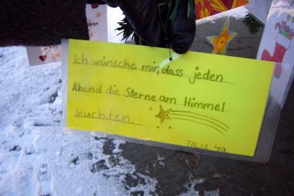 Kinderwunsch: Sterne am Himmel, Kinderwunsch am Weihnachtsbaum, Breslauer Platz, Foto: Barbara Kalender