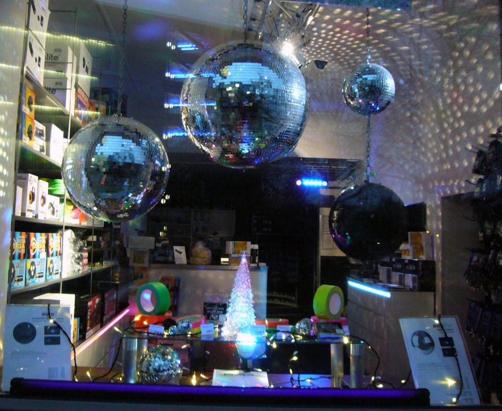 Weihnachtsbaum mit Diskokugeln, Disko-Laden in der Wexstraße, Foto: Barbara Kalender