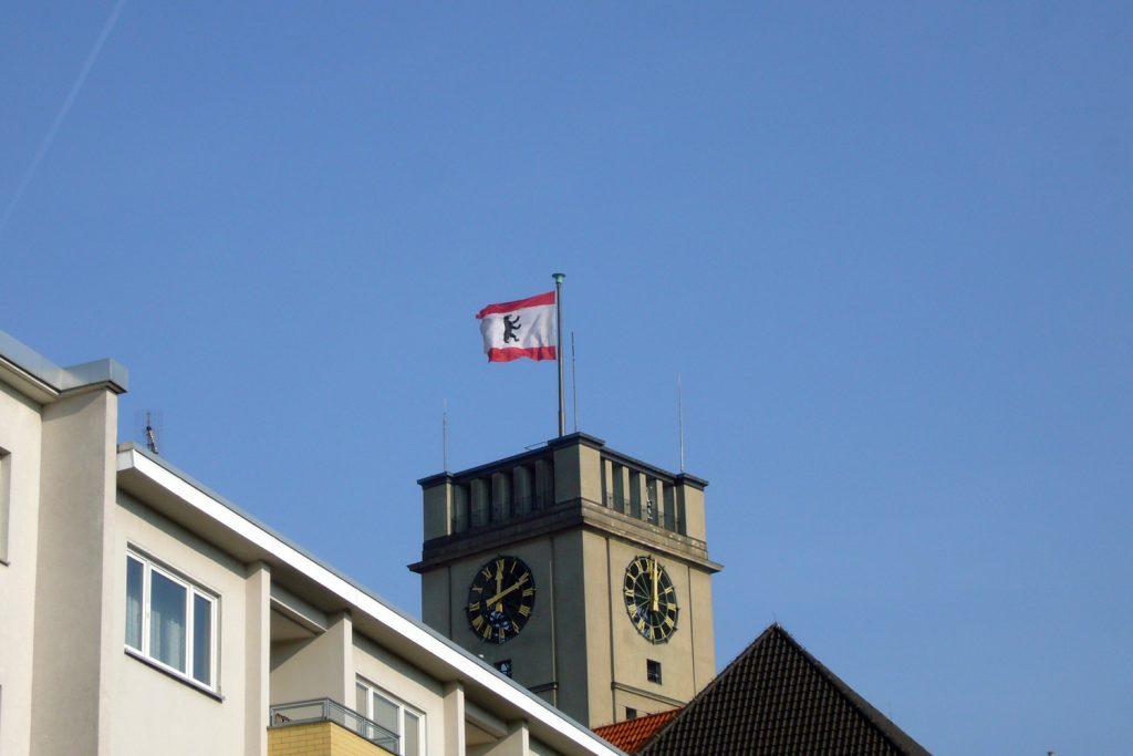 Berliner Fahne, Der Bär flattert in westlicher Richtung. Foto: Barbara Kalender