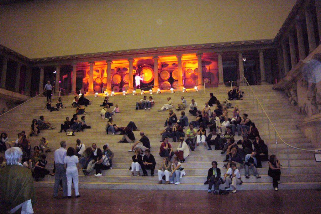 Jens Zygar, Gong-Performance am Pergamonaltar, Foto: Barbara Kalender