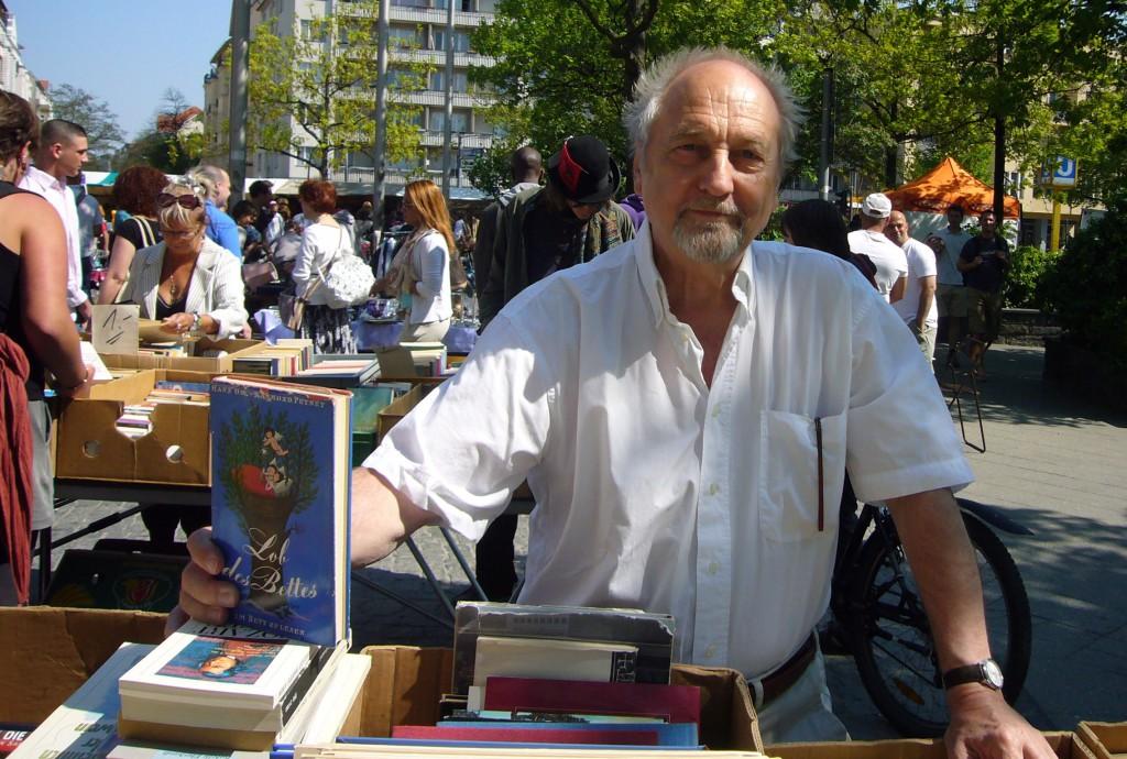 Jörg Schröder auf dem Flohmarkt mit Lob des Bettes, Schutzumschlag von Raymond Peynet. Foto: Barbara Kalender