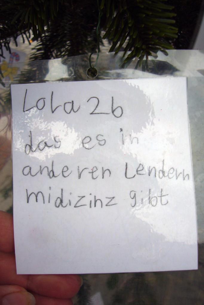 Weihnachts-Wunschbaum vor dem Friedenauer Rathaus. Foto: Barbara Kalender