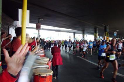 Groove. Berliner Band Beyond The Lines, Berliner Marathon, tazblog Schröder & Kalender. Fotos: Barbara Kalender