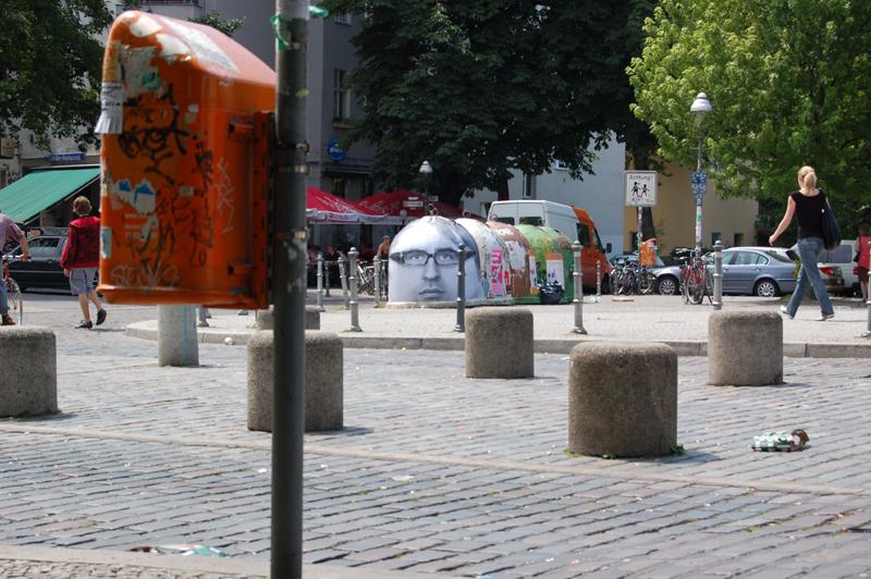 Glascontainer von Mentalgassi an der Admiralbruecke in Kreuzberg