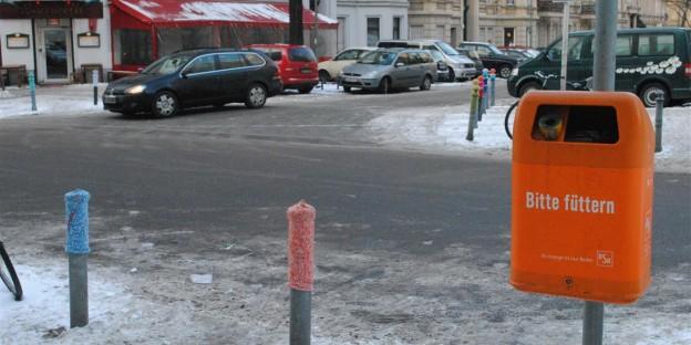 Bitte füttern: Urban knitting. Winterfeldplatz. Berlin-Schoeneberg.