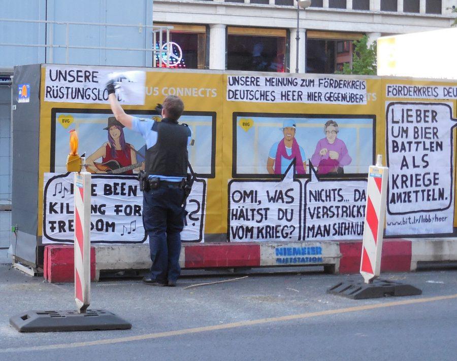"""Polizei entfernt Adbusting von """"Kein Metall"""""""