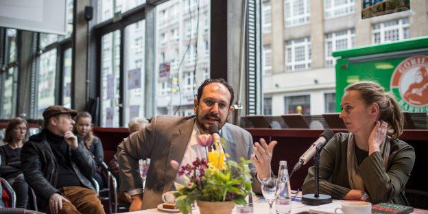 Doris Aktrap und Daniel-Dylan Böhmer sitzen an einem Tisch und sprechen